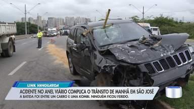 Acidente no anel viário complica o trânsito de manhã em São José - A batida foi entre carro e uma kombi, ninguém ficou ferido,