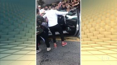 Multidão agride motorista e destrói carro, no Rio de Janeiro - Tumulto aconteceu em Volta Redonda, no Rio de Janeiro