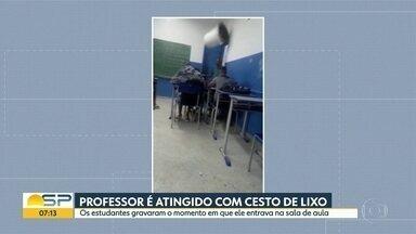 Professor é atingido com cesto de lixo em Bertioga - Os estudantes gravaram o momento em que ele entra na sala de aula.