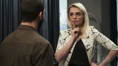 Kim conta para Téo que está nervosa com os convites do exterior - Ela pede para o fotógrafo ir trabalhar com ela fora do país