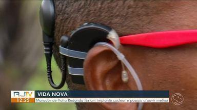 Morador de Volta Redonda passa a ouvir melhor depois de fazer implante - Edson começou a ter perda auditiva na infância e a situação mudou quando ele fez o procedimento.