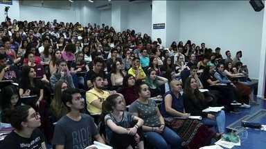 Quase 130 mil estudantes fazem o vestibular da USP neste domingo (24) - A Fuvest é um dos vestibulares mais concorridos. São 11.100 vagas.