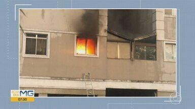 Apartamento pega fogo em prédio de Contagem e é interditado pela Defesa Civil - Incêndio aconteceu neste sábado (23). Técnicos avaliaram que não há riscos para o restante do prédio.