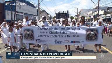 Adeptos do candomblé pedem o fim da intolerância religiosa durante ato na Cidade Baixa - Esta foi a primeira Caminhada do Povo de Axé, realizada na região.