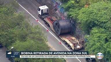 Bobina que caiu de caminhão é retirada de avenida na Zona Sul de SP - Objeto pesado tombou de veículo na Avenida Monsenhor Manfredo Leite.