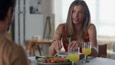 Paloma sente-se deslocada desde que Vera apareceu na vida de Alberto - Marcos tenta tranquilizar Paloma