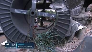 Bobina cai de caminhão na região da Vila Sônia - A bobina elétrica pesa 21 toneladas e caiu quando o motorista foi fazer uma curva