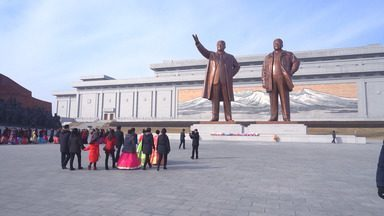 A separação cultural e ideológica entre as Coreias - André Fran, Felipe UFO e Rodrigo Cebrian desvendam detalhes da realidade da capital norte-coreana Pyongyang. Na vizinha Coreia do Sul, a realidade é bem diferente.