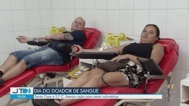 Santa Casa de Santos realiza ação com o Santos FC para atrair doadores de sangue - Ação, realizada no Dia Nacional do Doador de Sangue, teve o objetivo de atrair voluntários.