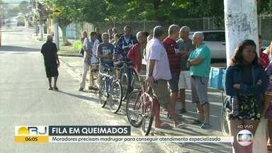 Pacientes dormem em filas para marcar consulta em rede pública de Queimados - Moradores de Queimados precisam madrugar para conseguir atendimento especializado.