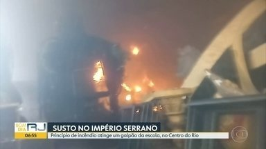 Princípio de incêndio atinge galpão da Império Serrano - Fogo começou durante desmontagem do carro abre-alas deste ano.