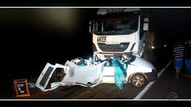 Duas pessoas morrem em acidente em Palmeira das Missões - Elas estavam em um carro que colidiu frontalmente com uma carreta.