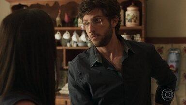 Thelma explica a Danilo por que não venderá o restaurante da família - Ela afirma que quer preservar a história da família