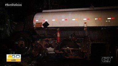 Acidente derruba cerca de 30 mil litros de etanol de caminhão bitrem, em Goiânia - Segundo Corpo de Bombeiros, parte da carga acabou caindo em um dos afluentes do Rio Meia Ponte.