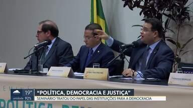 """Seminário na Câmara discute """"Política, Democracia e Justiça"""" - Parlamentares e autoridades alertaram para os riscos que a democracia corre hoje em todo o mundo e discutiram o papel das instituições para fortalecer os direitos dos cidadãos."""