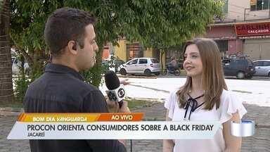 Procon de Jacareí orienta consumidores sobre black friday - Base móvel foi montada no Centro.
