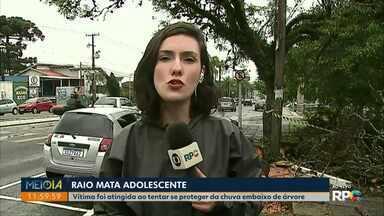 Adolescente de 16 anos morre atingido por raio - Foi em Arapoti, na noite desta terça-feira (26), ele tentou se abrigar da chuva embaixo de uma árvore, quando caiu o raio. Outro adolescente, de 14 anos, ficou ferido.
