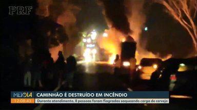 Caminhão de cerveja fica destruído após pegar fogo na BR-277, em Cantagalo - Durante atendimento, 8 pessoas foram flagradas saqueando carga de cerveja.