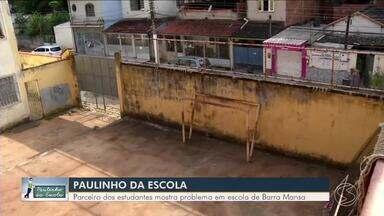Paulinho da Escola visita colégio em Barra Mansa com problemas na quadra esportiva - Parceiro do estudantes vai até instituição para ajudá-los a solucionar o problema.