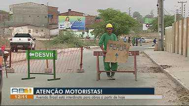 Avenida Brasil está interditada para obras a partir desta quarta-feira (27) - Mesmo com a interdição, motoristas ainda passam pelo lugar.