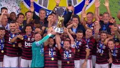 Diante da torcida no Maracanã, Flamengo ergue a taça de campeão - Diante da torcida no Maracanã, Flamengo ergue a taça de campeão