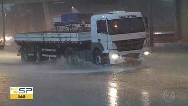Temporal causou estragos na capital nesta quarta-feira - Ruas ficaram alagadas e bairros, sem energia.