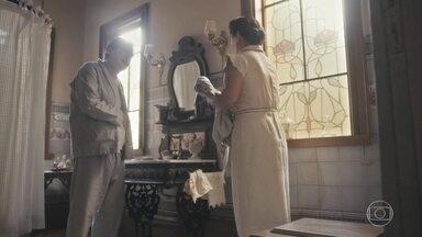 Júlio disfarça seu estado para Lola e Carlos - Lola avisa que Karine e Soraia apareceram para visitá-lo e ele pede para conversar com Carlos