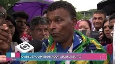 Fãs prestam homenagem ao apresentador Gugu Liberato - Desde a quinta-feira, fãs fazem fila no velório do apresentador e aguardam o enterro em São Paulo
