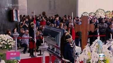 Fãs, amigos e familiares têm últimos momentos de despedida no velório de Gugu - Velório acontece na Assembleia Legislativa de São Paulo e o corpo segue para o enterro a partir das 10 da manhã
