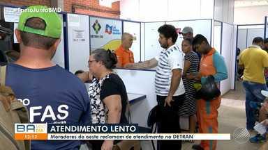 Moradores Luís Eduardo Magalhães reclamam do atendimento do Detran - Segundo os usuários, o local onde fica o departamento não tem estrutura para o atendimento ao público e o serviço oferecido é de má qualidade.
