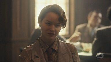 Adelaide joga cartas com homens no navio - Ela provoca os cavalheiros que estão à mesa com ela