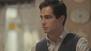 Carlos diz a Lola que deseja que Júlio faça novos exames - Ele conta que o pai prometeu fazê-los logo depois que fosse na tia Emília
