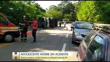 Adolescente morre em acidente de ônibus na Rodovia Rio-Santos (SP) - O ônibus levava adolescentes para um jogo de rugby. Uma das jovens, de 13 anos, morreu. Doze pessoas ficaram feridas.