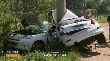 Carro parte ao meio depois de bater contra poste - Acidente aconteceu na manhã deste sábado (30), em São José dos Pinhais. Uma pessoa morreu e duas ficaram feridas na batida.