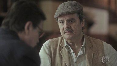 Afonso conta para Júlio sobre a conversa que teve com Alfredo - Afonso percebe que ele não está muito bem e tenta convencê-lo de ir outro dia ver Emília