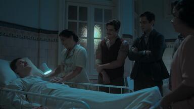 Capítulo de 02/12/2019 - Começa a transfusão de sangue de Alfredo para Júlio, que agradece ao filho. João e Shirley acreditam que Inês perdoará os dois. Alfredo comemora o sucesso da transfusão de sangue, e Lola e seus filhos se emocionam. Emília sofre com o comportamento de Adelaide. Júlio não resiste e falece diante de Lola e seus filhos. O corpo de Júlio é velado pela família e amigos.
