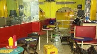 Homem provoca confusão em ônibus, destrói bar e agride várias pessoas em Salvador - Caso aconteceu na madrugada de domingo (1). Vários objetos do bar foram destruídos.