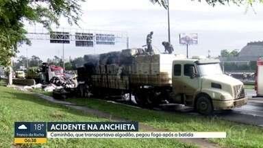 Caminhão pega fogo após batida com carro na Rodovia Anchieta - Veículo transportava algodão. Ninguém ficou ferido