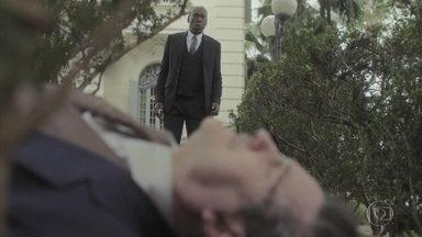 Higino encontra Júlio desacordado no jardim - Lola tem um mau pressentimento e tenta ligar para Emília