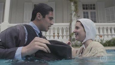 Carlos cai na piscina com Mabel - O filho de Lola beija a jovem