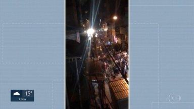 Mortes em Paraisópolis: jovens correram para viela para tentar fugir de tumulto - Moradores contaram que jovens gritavam e esmurravam os portões pedindo socorro. Eles também disseram que os policiais jogavam bombas na direção da viela e eles não puderam ajudar.