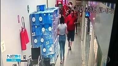 Bandidos dão novo golpe criando telefone 0800 para enganar clientes de caixas eletrônicos - Segundo polícia, dispositivo prende cartão na máquina e ladrões levam pessoa a ligar para um número da quadrilha