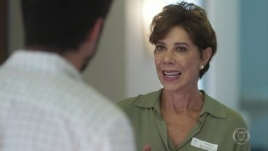 Vera afirma que Alberto está apaixonado por Paloma - Marcos fica confuso com a afirmação de Vera