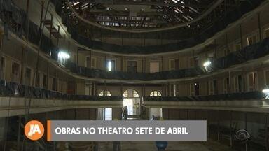 Começam obras do Theatro Sete de Abril em Pelotas - Teatro mais antigo do estado, inaugurado em 1834, está fechado há nove anos. Veja imagens internas do trabalho de restauro.