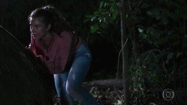 Rita tenta despistar os bandidos - A jovem corre e tenta se esconder dos sequestradores