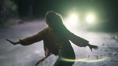 Rita é recapturada pelos sequestradores - A jovem consegue chegar à estrada para pedir ajuda, mas o caro que para é justamente dos bandidos