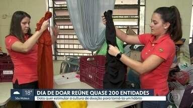 Dia de Doar reúne quase 200 entidades para tornar o gesto um hábito em SP - Data é comemorada toda primeira terça-feira de dezembro na capital paulista com doações de tempo, dinheiro, peças de vestuário e comida.