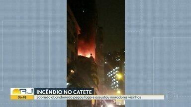 Sobrado pega fogo no Catete - Moradores levaram um susto no meio da noite.