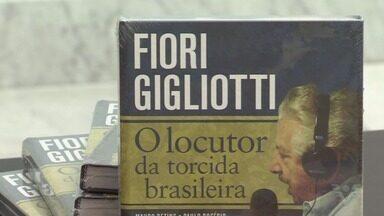 Livro sobre Fiori Gigliotti, o locutor da torcida brasileira, é lançado no Museu Pelé - Obra tem autoria dos jornalistas Paulo Rogério e Mauro Beting.