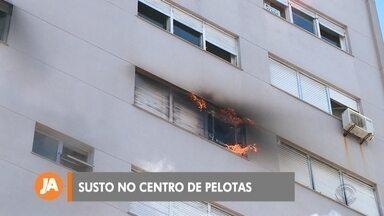 Apartamento pega fogo no centro de Pelotas - A dona do apartamento foi levada ao hospital para realizar exames pela inalação de fumaça, mas já foi liberada.